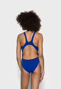 Arena - SOLID SWIM HIGH - Swimsuit - fluo red/neon blue - 2