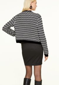 comma - MIT STRUKTURMUSTER - Cardigan - black graphic minimal - 2
