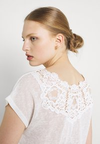ONLY - ONLCELINE MIX - Print T-shirt - cloud dancer - 3
