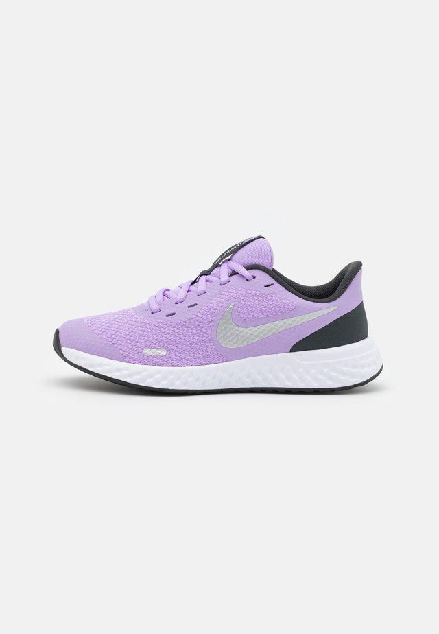 REVOLUTION 5 UNISEX - Chaussures de running neutres - lilac/metallic silver/dark smoke grey/white