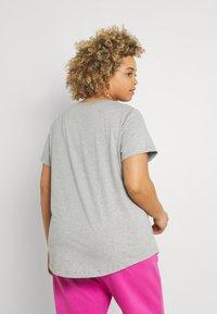 Nike Sportswear - TEE PLUS - Basic T-shirt - grey heather - 2