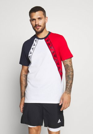 MUST HAVES ENHANCED SPORTS SHORT SLEEVE TEE - Camiseta estampada - white/legend ink/scarlett