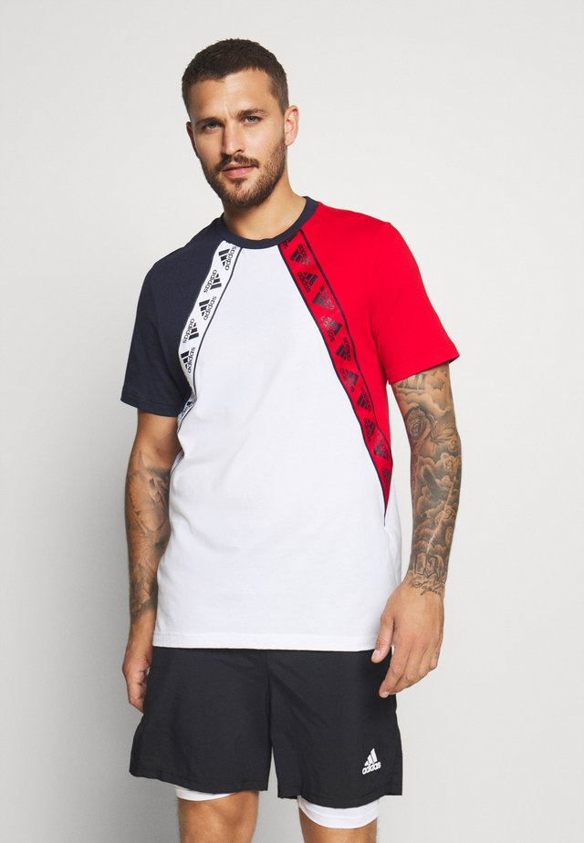 MUST HAVES ENHANCED SPORTS SHORT SLEEVE TEE - T-shirt con stampa - white/legend ink/scarlett