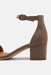 NAE Vegan Shoes - IRENE - Sandaalit nilkkaremmillä - beige - 5