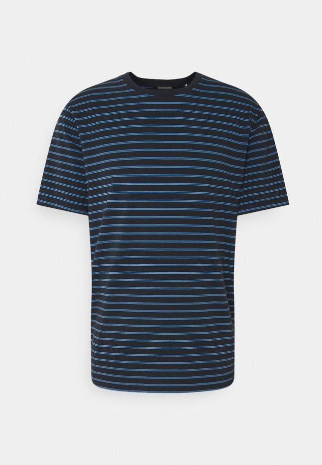 CLASSIC CREWNECK - Print T-shirt - dark blue/blue