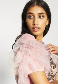 New Look - PERFUME RUFFLE - T-shirt z nadrukiem - light pink - 5