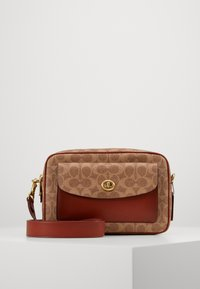 Coach - SIGNATURE CASSIE CAMERA BAG - Umhängetasche - tan rust - 1