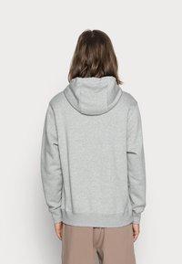 Nike Sportswear - CLUB HOODIE - Bluza z kapturem - grey heather/matte silver/white - 2