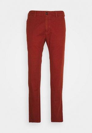 MOTT CLASSIC GARMENT - Pantalones chinos - brick