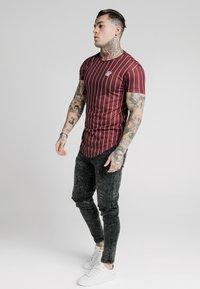SIKSILK - PINSTRIPE TEE - T-shirt print - burgundy - 1