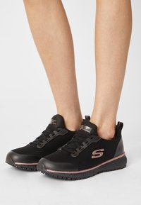 Skechers Sport - SQUAD  - Sneakers laag - black/rose gold - 0