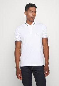 Calvin Klein - LIQUID TOUCH LOGO CUFF  - Polo - white - 0