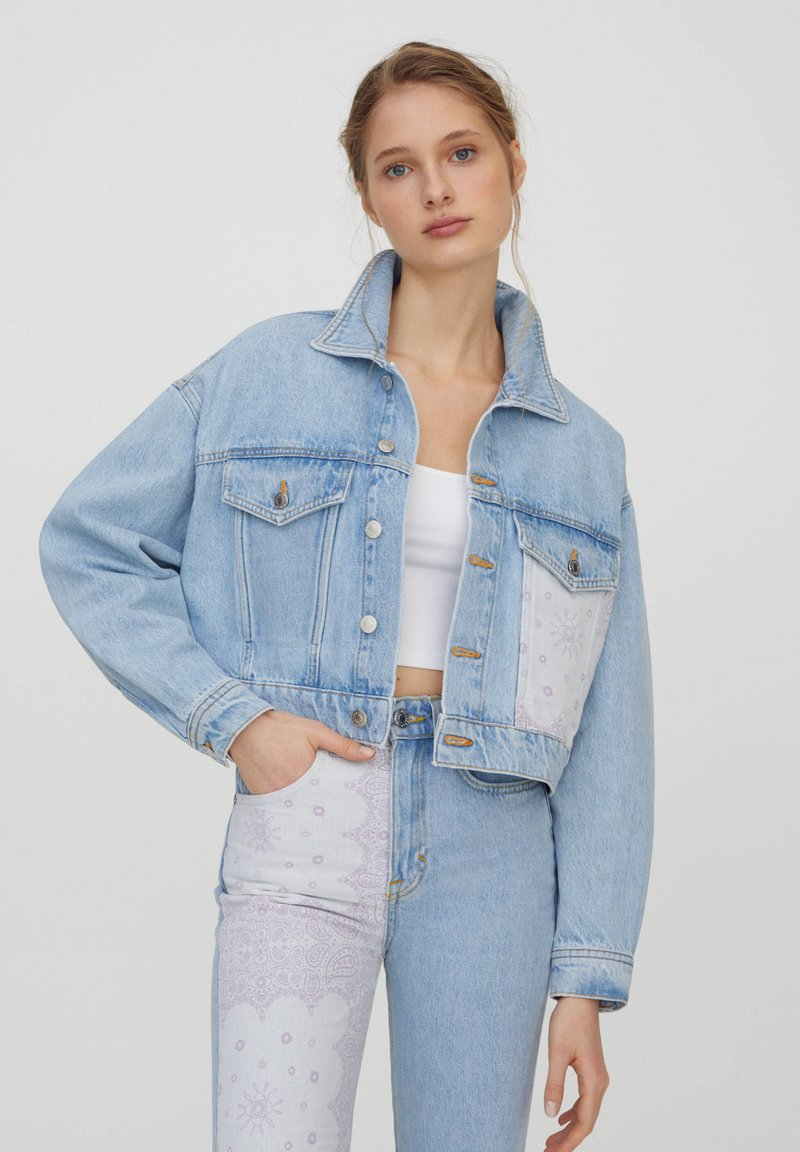 PULL&BEAR - MIT PATCHWORK IN BANDANA-OPTIK - Denim jacket - blue