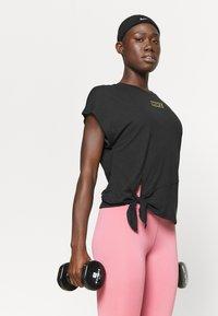 Nike Performance - DRY TIE - Print T-shirt - black/metallic gold - 4
