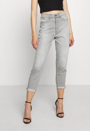 JANEH ULTRA HIGH MOM - Jeans Tapered Fit - sun faded pewter grey