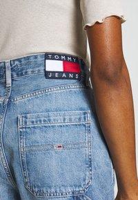 Tommy Jeans - HIGH RISE CARPENTER - Relaxed fit -farkut - light-blue denim - 4
