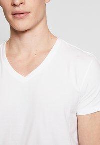 Levi's® - MEN V-NECK 2 PACK - Unterhemd/-shirt - white - 3