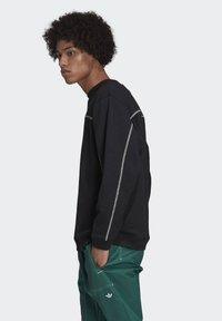 adidas Originals - CREW SWEATSHIRT - Sweatshirt - black - 3