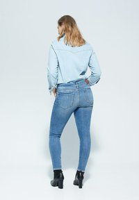 Violeta by Mango - IRENE - Relaxed fit jeans - mittelblau - 2