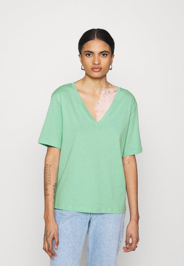 LAST V NECK - Camiseta básica - darker mint