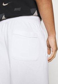 Nike Sportswear - ALUMNI - Träningsbyxor - white/iron grey/black - 5