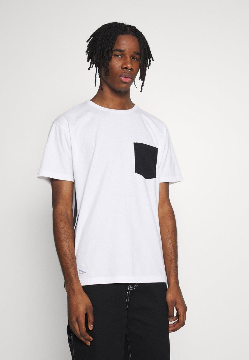 Cayler & Sons - YIN YANG SEMI BOX TEE - Print T-shirt - white/black