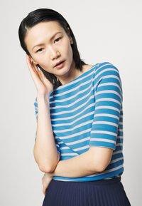 Lauren Ralph Lauren - T-shirt z nadrukiem - captain blue/white - 3