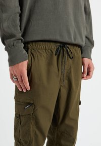 PULL&BEAR - Cargo trousers - dark green - 5