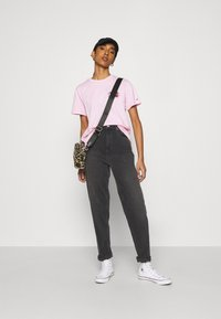 Tommy Jeans - MOM COMFORT - Relaxed fit jeans - denim black - 1