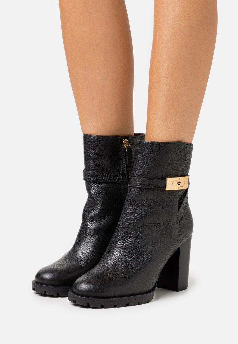 Tory Burch - Kotníková obuv na vysokém podpatku - perfect black