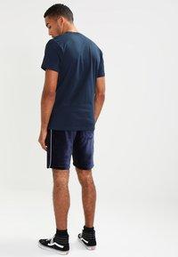 Vans - CLASSIC - Print T-shirt - navy/white - 2