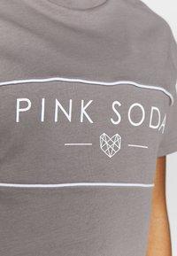 Pink Soda - HERMOSA PANEL  - Camiseta estampada - grey - 4