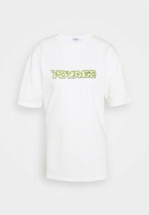 Emilie Malou x NA-KD - Camiseta estampada - white