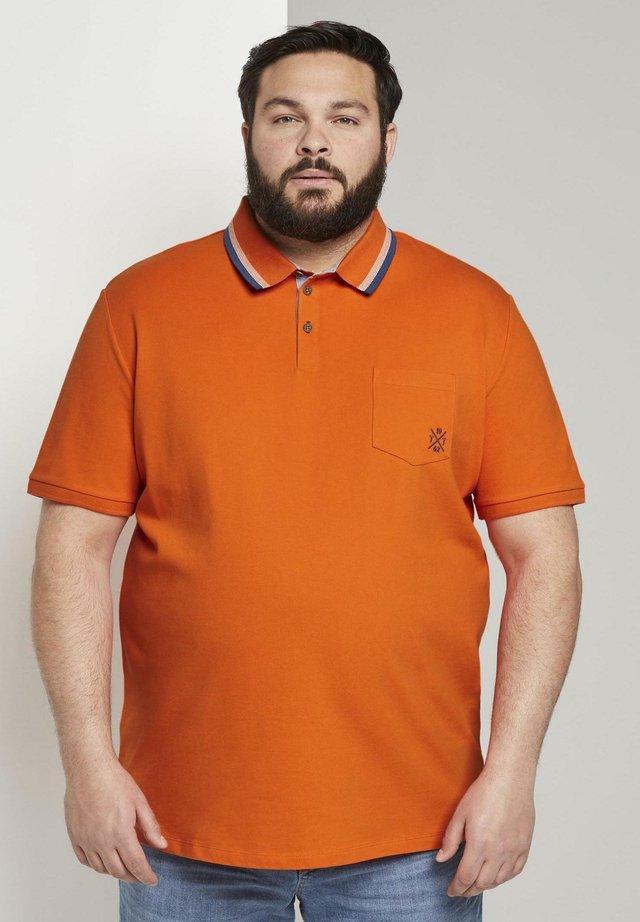 MIT BRUSTTASCHE - Polo - true orange