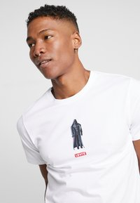 Levi's® - LEVI'S® X STAR WARS GRAPHIC - Print T-shirt - vader white - 5