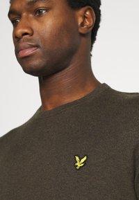 Lyle & Scott - CREW NECK JUMPER - Stickad tröja - trek green marl - 4