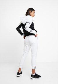 adidas Originals - HOODED - Huvtröja med dragkedja - white/black - 2