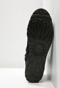 UGG - KRISTIN - Enkellaarsjes met sleehak - black - 5