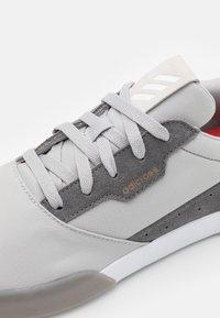 adidas Golf - ADICROSS RETRO RIP - Golfové boty - grey two/footwear white/grey four - 5