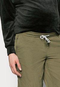 Pieces Maternity - PCMGOIA TRACK PANT - Spodnie treningowe - sea turtle - 3