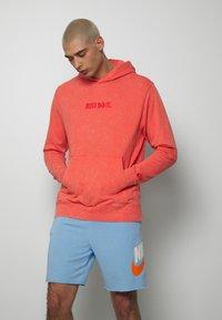 Nike Sportswear - HOODIE WASH - Luvtröja - magic ember - 0