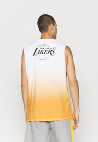 New Era - LOS ANGELES LAKERS NBA DIP DYE SLEEVELESS TEE - Club wear - white/yellow - 2