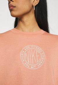 Nike Sportswear - FEMME CREW - Sweatshirt - terra blush/terra blush/orange pearl - 5