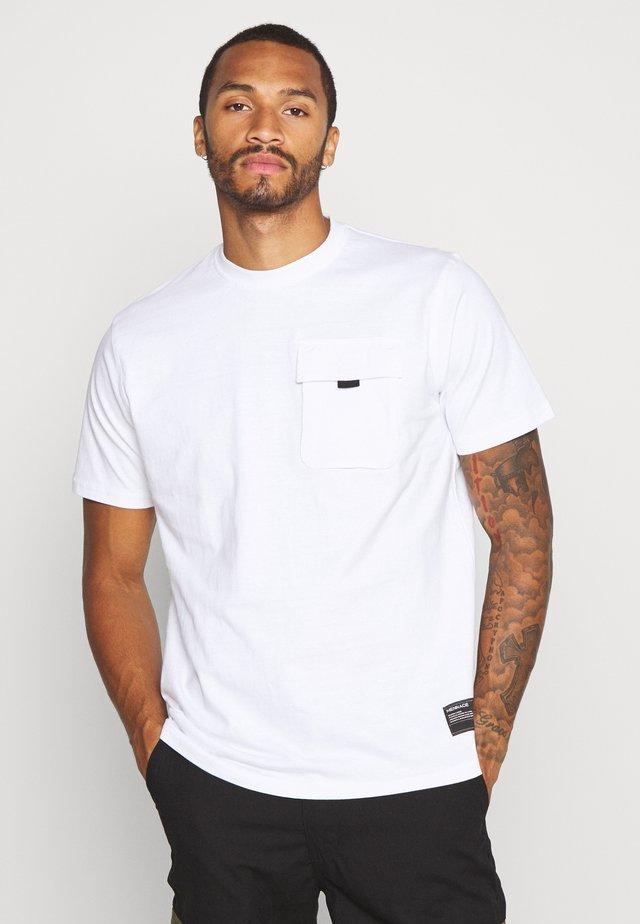 UTILITY SLEEVE FRONT POCKET - Basic T-shirt - white