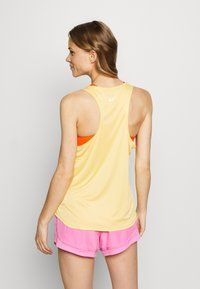 Nike Performance - TANK RUN - Camiseta de deporte - topaz gold/reflective silver - 2