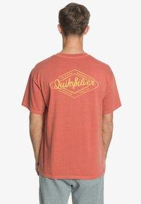Quiksilver - HARMONY HALL  - Print T-shirt - redwood - 2
