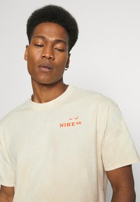 Nike SB - TEE CRUISIN UNISEX - Print T-shirt - sesame - 5