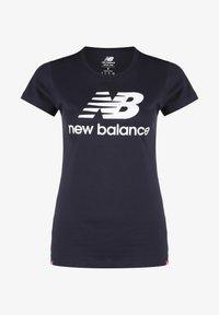 New Balance - ESSENTIALS STACKED LOGO T-SHIRT DAMEN - Print T-shirt - other black - 0