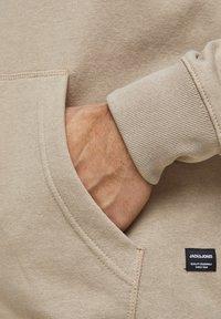 Jack & Jones - JJESOFT ZIP HOOD - Zip-up hoodie - beige - 5