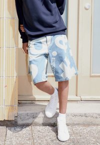 MOSCHINO - TROUSERS - Denim shorts - fantasy blue - 3